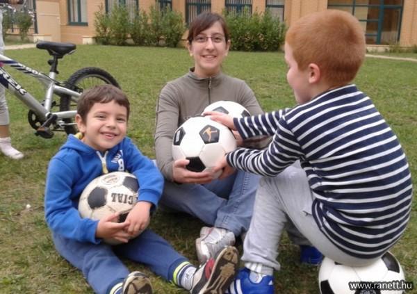 A fárasztó munkanap végén közösségi sport a gyerekekkel