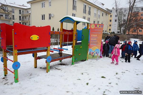 Játszóteret építettünk 2013-ban, a Tabán oviban