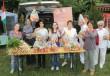 Élelmiszerosztás helyi időseknek, egyedülállóknak, nagycsaládosoknak